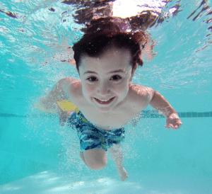 Lapsi sukeltaa altaassa Harjulassa.