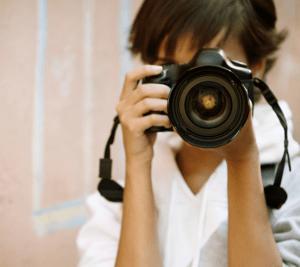 Nainen kamera kädessä