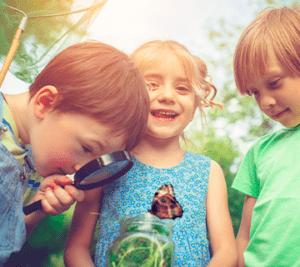 Lastenleiriläiset tutkivat luontoa.
