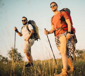 Miehet vaeltamassa