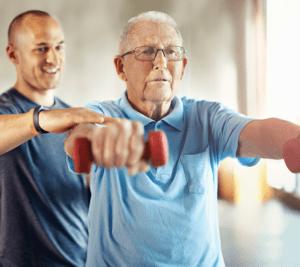 Seniori jumppaa kuntoutuksessa