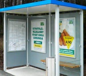 Harjula-mainos näkyy linja-autopysäkeillä.