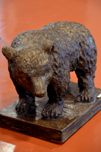 Harjulan kansalaisopiston kuvanveistokurssilla tehty karhupatsas