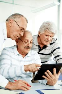 Seniorit tutkivat tablettia