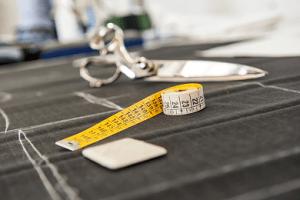 sakset ja mittanauha pöydällä