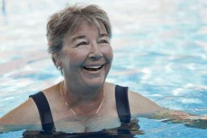 Seniorien liikuntaryhmiin kuuluvat vesivoimisteluryhmät.