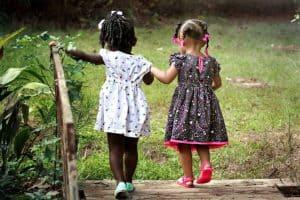 kaksi pientä tyttöä käsi kädessä