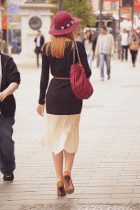 nainen kävelee kadulla