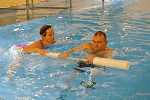 Allasterapia fysioterapeutin kanssa on yksi kuntoutuksen muoto Lahden Harjulassa.