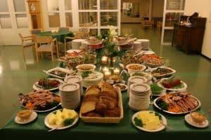 Pöytä on katettu Lahden Harjulassa.