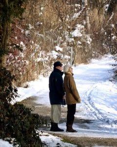 Seniorit talvisella kävelyllä