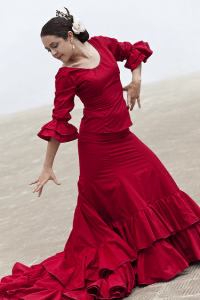 Flamenco-tanssija tanssii punaisessa puvussa