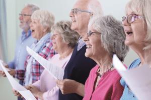 Seniorit laulavat yhdessä.