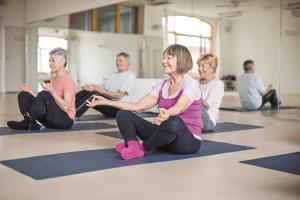 Senioreja mindfulnessin ja rentoutuksen parissa