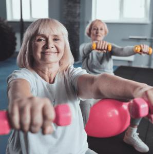 Seniorinaiset jumppaavat käsipainoilla