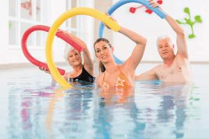 Seniorit harrastavat vesijumppaa.