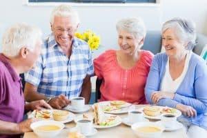 Seniorit lounastavat yhdessä.