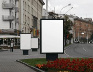 Harjula-Mainoksen city-valotaulut näkyvät katukuvassa.
