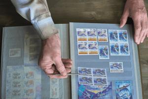 Harjulan kansalaisopistolla kokoontuu postimerkkikerho.