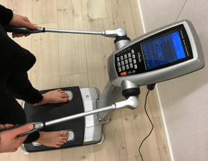 Kehonkoostumusta mitataan laitteella Harjulassa.